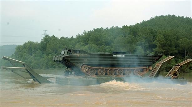 Công binh Việt Nam vượt sông với trang bị tối tân