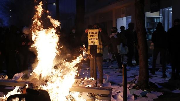 Biểu tình đường phố gây hỗn loạn Paris vì luật an ninh