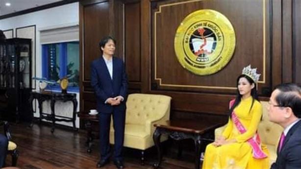 Hoa hậu Đỗ Thị Hà ngồi ngang hàng Hiệu trưởng: 'Hợp lý'