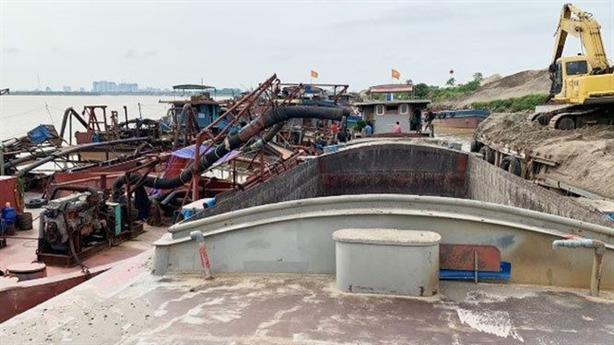 Cát tặc lộng hành ở Hà Nội: Có bảo kê không?