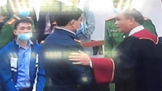 Chủ tọa bắt tay bị cáo Nguyễn Đức Chung: Bình thường, nếu...