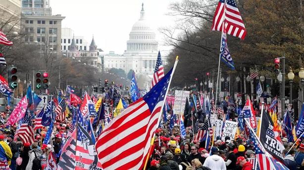 Ông Trump nói Tòa không can đảm, người biểu tình ủng hộ