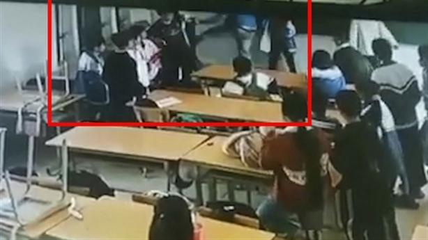 Phụ huynh vào lớp đấm, đá học sinh: 'Miễn cưỡng xin lỗi'