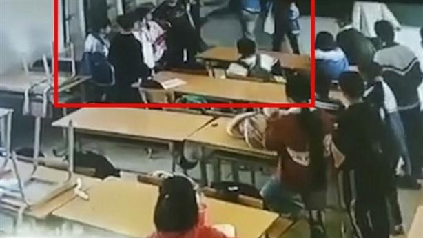 Vụ phụ huynh vào lớp đấm, đá học sinh: 'Chưa tha thứ'