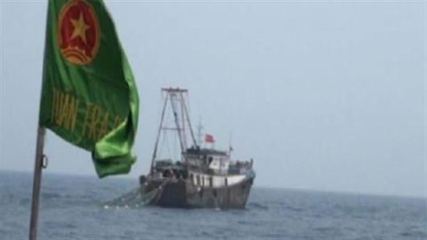 Đuổi 2 tàu treo cờ Trung Quốc gần dàn khai thác khí