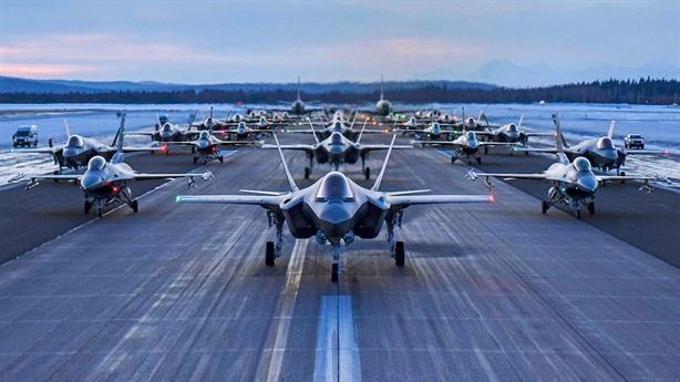 F-35 lần đầu phô diễn màn