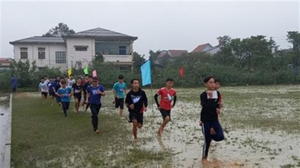 Học sinh thi thể thao dưới trời mưa rét: 'Không ai ốm'