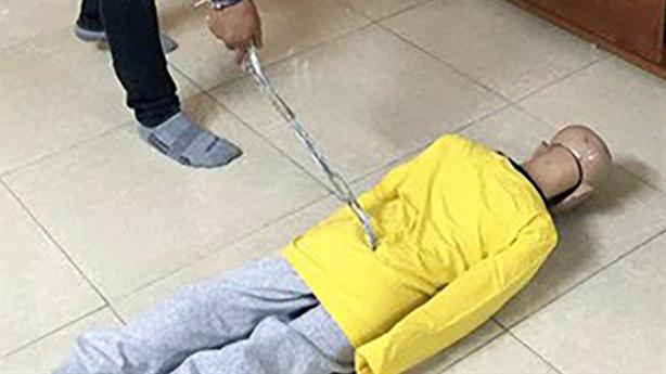 Bé trai 4 tuổi tử vong, trên người có vết bầm