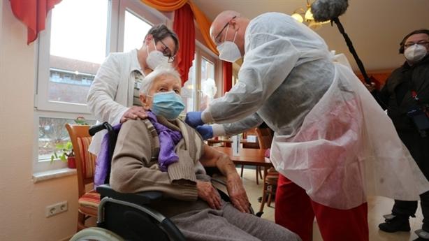 Bác sĩ dị ứng vaccine Moderna, EU đồng loạt tiêm Pfizer/BioNtech