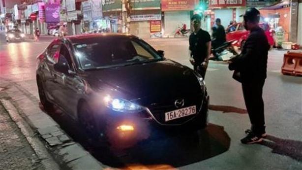 Tài xế Mazda gây tai nạn:Bỏ xe, cô gái bên trong