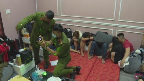 3 nữ hư hỏng cùng 5 nam tại phòng trọ