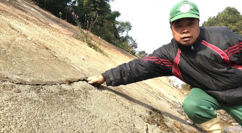 Kênh 4.300 tỷ sụp gãy: Dùng tay cạy được bê-tông