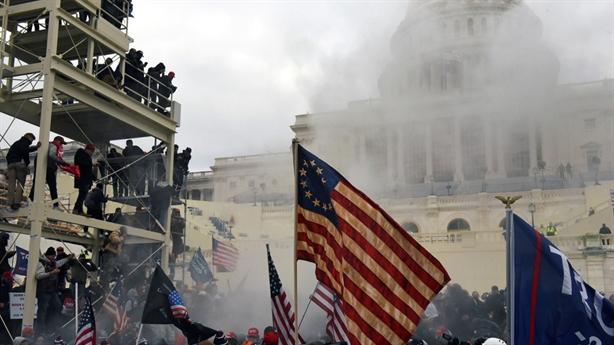 Bạo loạn tại nhà Quốc hội Mỹ, cảnh sát nổ súng