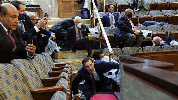 Quốc hội Mỹ họp lại sau hỗn loạn biểu tình...