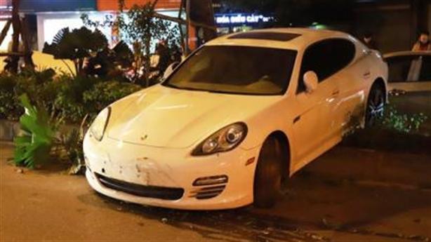 Xe sang Porsche đâm giải phân cách, lao qua làn đường