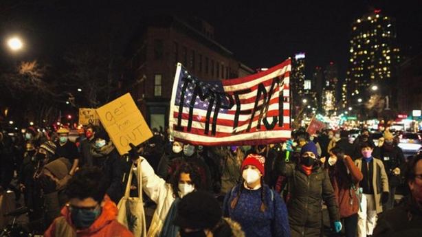 Bị biểu tình đòi phế truất, ông Trump làm