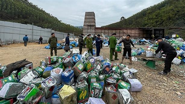 Một cơ sở nghi đốt rác thải nguy hại tại Bắc Giang