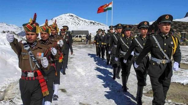 Căng thẳng Trung-Ấn: Rút về 10.000 lính, điều thêm xe tăng