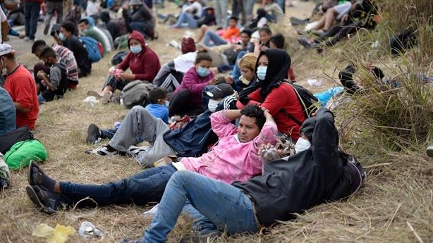 Người tị nạn đổ về Mỹ: Đừng đến ngay...!
