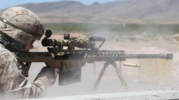 Khẩu súng bắn tỉa được binh sĩ Anh sử dụng là Barrett Light có cỡ nòng 12,7mm. Vụ việc diễn ra từ tháng 11/2020 trong một chiến dịch truy quét khủng bố của SAS. Vào thời điểm đó, SAS đang theo dõi nơi mà họ cho là nhà máy chế tạo bom của IS. Khi phát hiện 5 mục tiêu đang chuẩn bị rời đi, tay súng bắn tỉa kỳ cựu với 20 năm kinh nghiệm đã liên lạc qua bộ đàm với căn cứ để xin phép trước khi bóp cò.