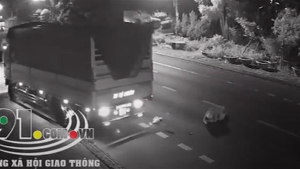 Tài xế gây tai nạn, cố tình chèn lên xe máy?