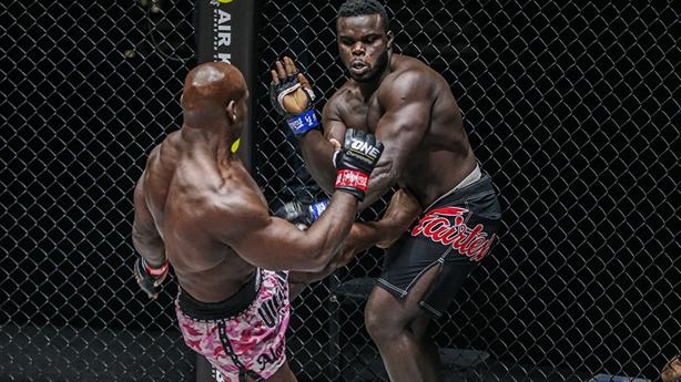 Đô vật đánh bại cao thủ Kickboxing ngay trong hiệp 1