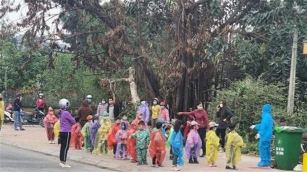 Trẻ mầm non mặc áo mưa đi cách ly: Thiếu thốn quá!
