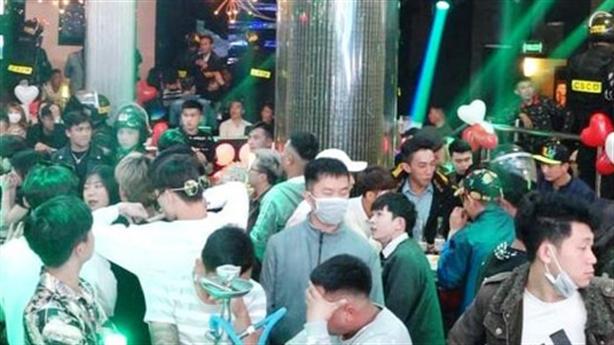 Giang hồ đất Cảng vào quán bar nhậu nhẹt bị bắt