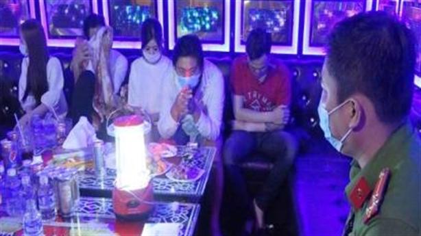26 nam nữ hư hỏng tập thể ở quán karaoke