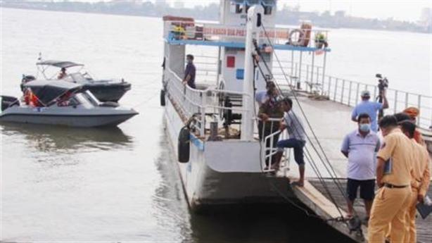 Sạt lở bến phà, 10 người rơi sông: Dấu hiệu báo trước
