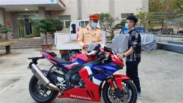 Lái xe máy chạy gần 300km/h: Tiết lộ người trong cuộc