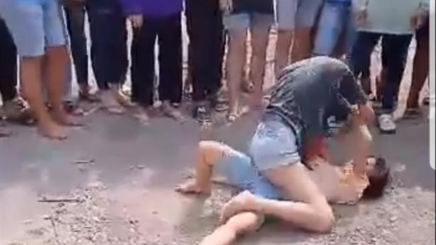 Hai nữ sinh đánh nhau dã man: Người lớn xem, cổ vũ