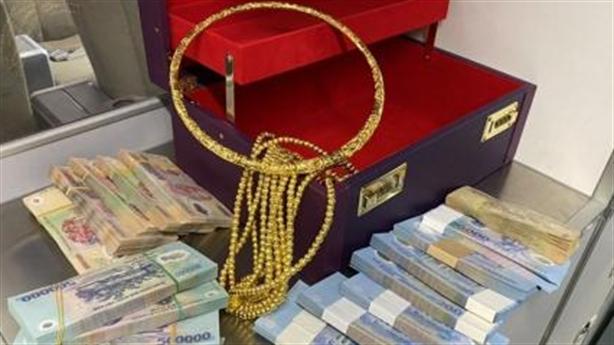 Mở vali chứa nhiều vòng vàng, tiền quên ở ngăn hành lý