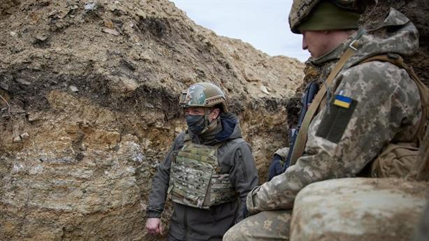 Tổng thống Zelensky thị sát giới tuyến Donbass...