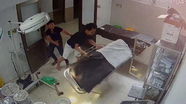 Người nhà, bệnh nhân đánh bác sĩ: Sự ích kỷ vô lối?