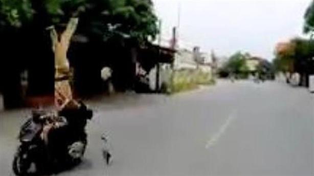 Dừng xe chạy quá tốc độ, CSGT tránh vẫn bị tông