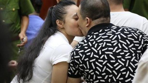 Ông trùm ma túy hôn người tình tại tòa: Không nghiêm chỉnh?