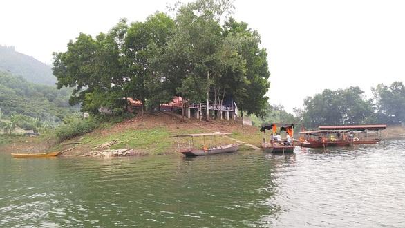 Cán bộ huyện mất tích khi tắm hồ: 'Không bám được phao'