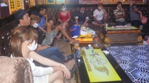 11 nữ hư hỏng với 55 nam tại quán karaoke