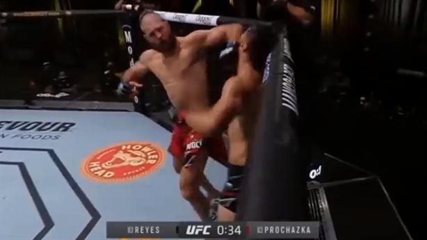 Đòn chỏ lật hiểm giúp võ sĩ đánh bại đối thủ