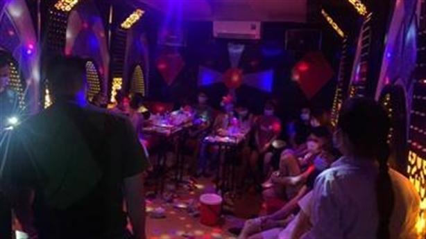 6 nam, 7 nữ thác loạn trong quán karaoke Hoa Sữa