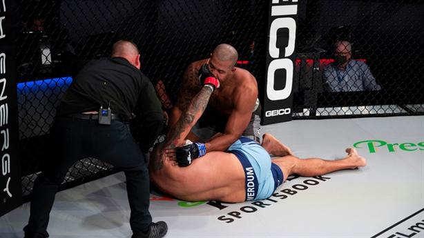 Cựu vương UFC bị knock-out một cách không ngờ