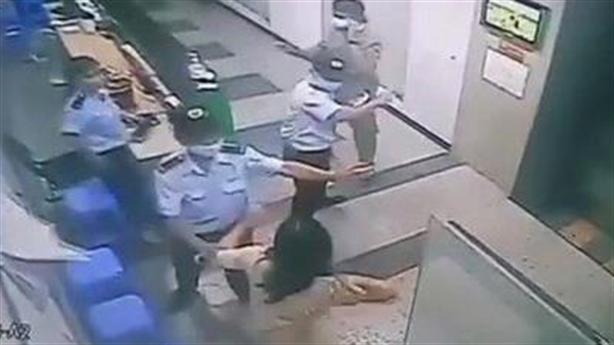 Hồi kết người phụ nữ không đeo khẩu trang, đánh bảo vệ