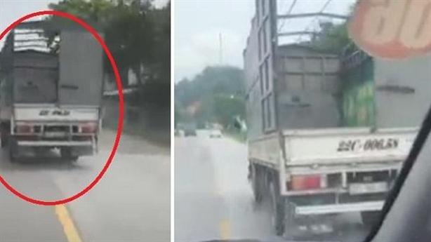 Xe tải ngáng đường xe cấp cứu suốt 7km: 'Đáng lên án'