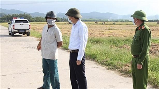 Trưởng Công an huyện giúp dân gọi máy gặt về nói gì?