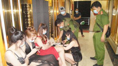 40 nhân viên xinh đẹp lén lút phục vụ khách karaoke