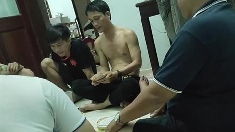 Nhóm cán bộ chơi xóc bầu cua ăn tiền: Đang xử lý