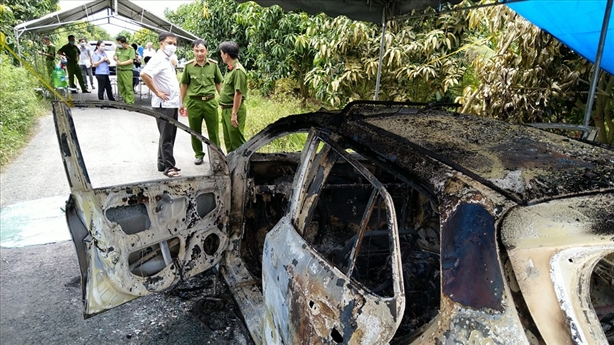 Xe taxi bị cháy trơ khung, thấy bộ xương ở ghế ngồi