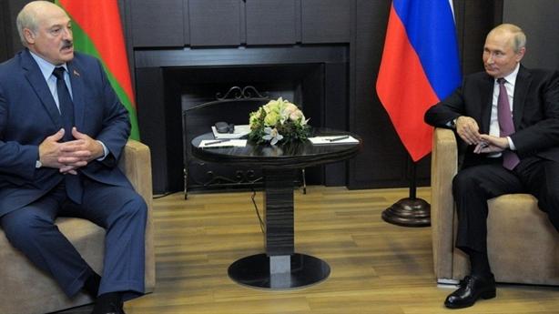 Tổng thống Belarus mang tài liệu quan trọng tới gặp Putin
