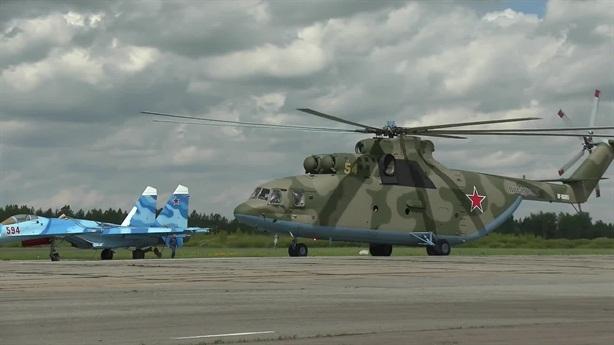 Trực thăng Mi-26 của Nga vận chuyển tiêm kích Su-27